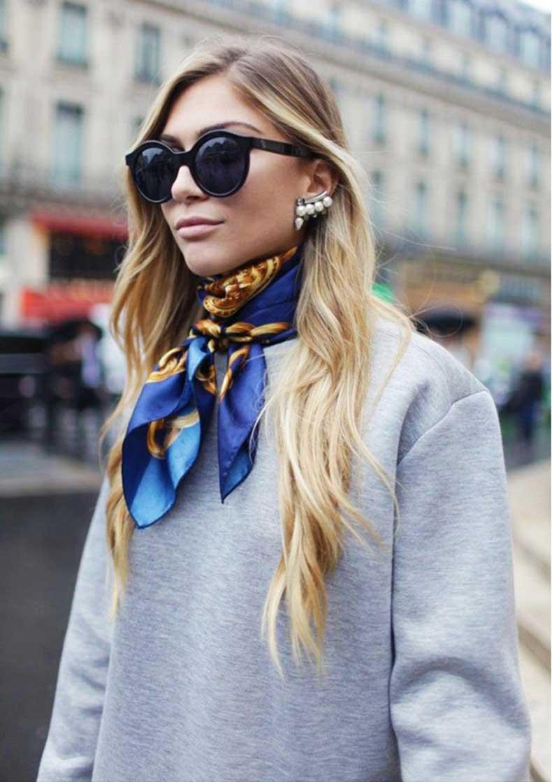 Fulard de seda abraçant el coll