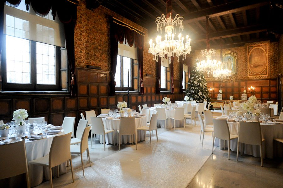Salón para eventos y cenas en montaje navideño.