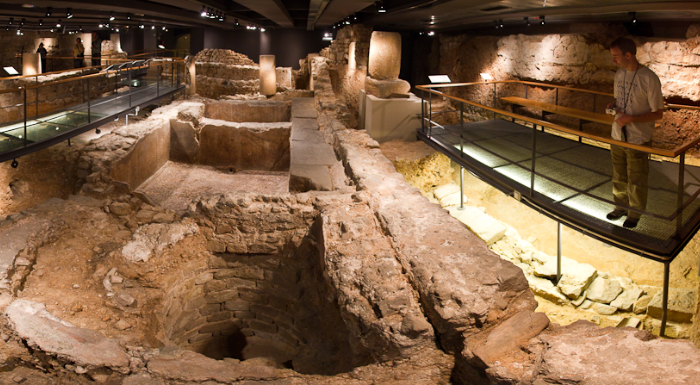 Vestigios romanos de una tintorería y bodega del Siglo II d.C bajo la plaza del Rey