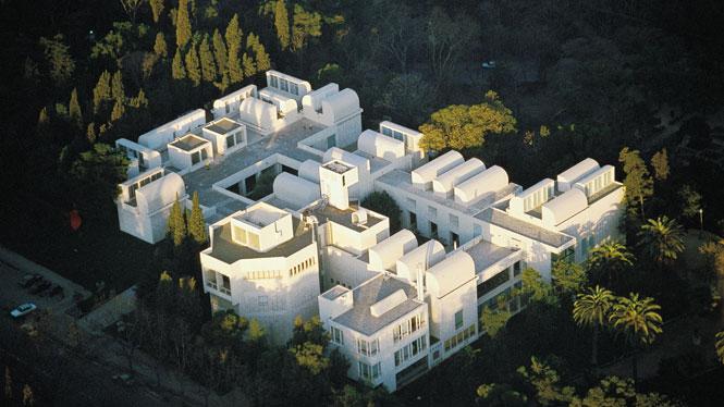 Un ejemplo de esta arquitectura es el edificio de la Fundación Miró diseñado por Josep Lluis Sert.