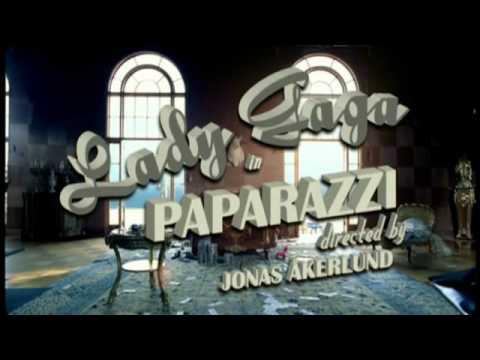 Videoclip Paparazzi Lady Gaga, amt tauler d'escacs a les parets del saló.