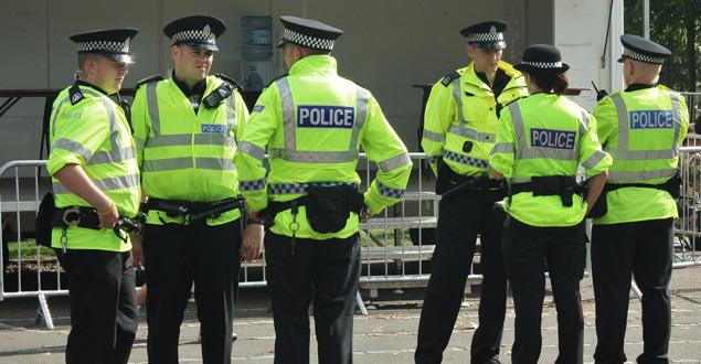 Policia del Regne Unit amb patró del tauler d'escacs en l'uniforme