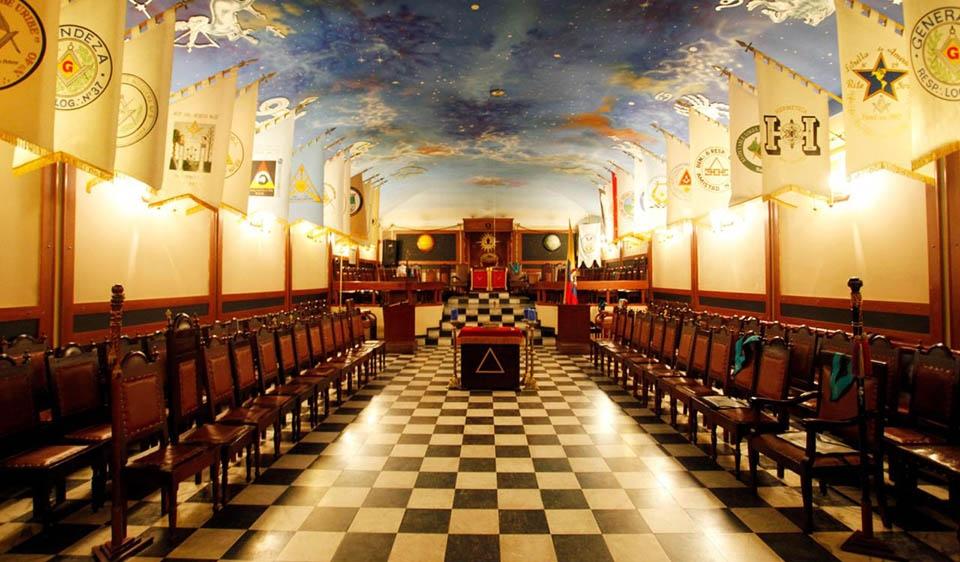 Temple mesònic amb patró d'escacs