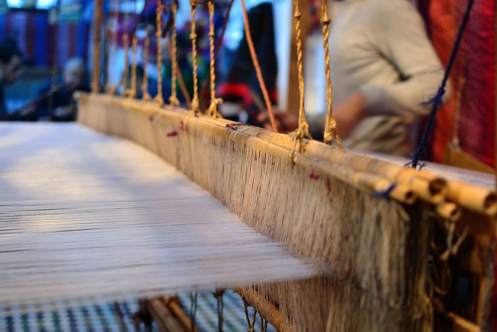 Telar en Fez trabajando con fibras vegetales.