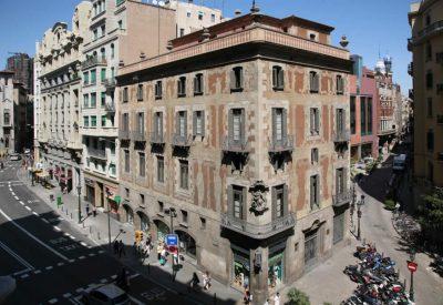 La Casa de la Seda, construida en 1763 es el edificio más antiguo de la Via Laietana